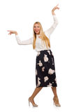 Όμορφο κορίτσι φούστα με τα λουλούδια που απομονώνεται στη μαύρη Στοκ Φωτογραφία