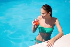 Όμορφο κορίτσι φύλων που απολαμβάνει τις θερινές διακοπές Στοκ εικόνες με δικαίωμα ελεύθερης χρήσης