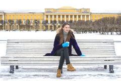 όμορφο κορίτσι φλυτζανιών Στοκ εικόνες με δικαίωμα ελεύθερης χρήσης