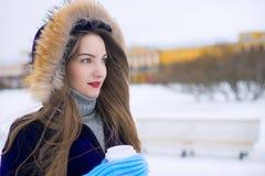 όμορφο κορίτσι φλυτζανιών Στοκ Εικόνες