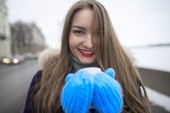 όμορφο κορίτσι φλυτζανιών Στοκ φωτογραφία με δικαίωμα ελεύθερης χρήσης