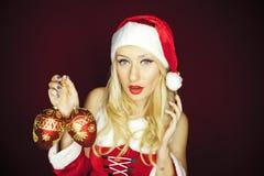 Όμορφο κορίτσι Χριστουγέννων με τις διακοσμήσεις δέντρων Στοκ Εικόνες