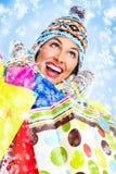 Όμορφο κορίτσι Χριστουγέννων με τις τσάντες αγορών. στοκ εικόνες