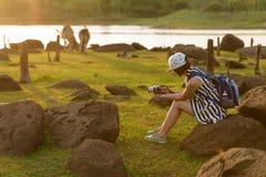 Όμορφο κορίτσι backpacker στοκ φωτογραφίες