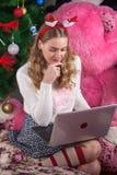 Όμορφο κορίτσι blunde που χρησιμοποιεί τη συνεδρίαση lap-top στο μαξιλάρι Χειμώνας Στοκ φωτογραφίες με δικαίωμα ελεύθερης χρήσης