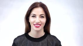 Όμορφο κορίτσι brunette Κόκκινα χείλια και ένα χαμόγελο στο πρόσωπό της φιλμ μικρού μήκους