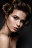 Όμορφο κορίτσι brunette με ένα δημιουργικό hairstyle και ένα σκοτεινό makeup Ομορφιά τέχνης, πρότυπο μόδας Στοκ φωτογραφία με δικαίωμα ελεύθερης χρήσης