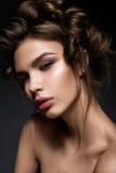 Όμορφο κορίτσι brunette με ένα δημιουργικό hairstyle και ένα σκοτεινό makeup Ομορφιά τέχνης, πρότυπο μόδας στοκ φωτογραφία