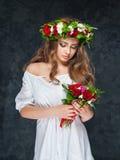 Όμορφο κορίτσι brunette με μια σύνθεση των λουλουδιών Στοκ φωτογραφία με δικαίωμα ελεύθερης χρήσης