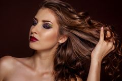 Όμορφο κορίτσι brunette με την υγιή σγουρή τρίχα Στοκ εικόνα με δικαίωμα ελεύθερης χρήσης