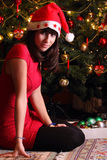 Όμορφο κορίτσι brunette με το καπέλο Χριστουγέννων Στοκ Εικόνες
