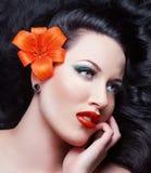 Όμορφο κορίτσι Brunette με το λουλούδι Στοκ Φωτογραφία