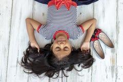 Όμορφο κορίτσι brunette με το ριγωτό φόρεμα στοκ φωτογραφίες με δικαίωμα ελεύθερης χρήσης