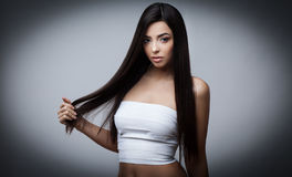 Όμορφο κορίτσι Brunette με υγιή μακρυμάλλη στοκ φωτογραφίες