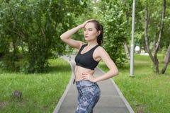 Όμορφο κορίτσι brunette που τρέχει στο πάρκο Στοκ εικόνα με δικαίωμα ελεύθερης χρήσης