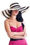 Όμορφο κορίτσι brunette που φορά το μεγάλο καπέλο στοκ φωτογραφία με δικαίωμα ελεύθερης χρήσης