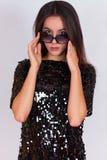Όμορφο κορίτσι brunette σε ένα μαύρο φόρεμα και τα γυαλιά ηλίου Brunette με τη μακριά μαύρη τρίχα Στοκ Φωτογραφίες