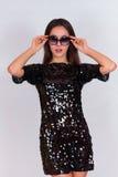 Όμορφο κορίτσι brunette σε ένα μαύρο φόρεμα και τα γυαλιά ηλίου Brunette με τη μακριά μαύρη τρίχα Στοκ εικόνες με δικαίωμα ελεύθερης χρήσης
