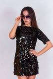 Όμορφο κορίτσι brunette σε ένα μαύρο φόρεμα και τα γυαλιά ηλίου Brunette με τη μακριά μαύρη τρίχα Στοκ φωτογραφίες με δικαίωμα ελεύθερης χρήσης