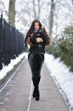 Όμορφο κορίτσι brunette στα χειμερινά ενδύματα Στοκ φωτογραφίες με δικαίωμα ελεύθερης χρήσης