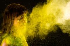 Όμορφο κορίτσι brunette στα χρώματα Holi Στοκ εικόνα με δικαίωμα ελεύθερης χρήσης