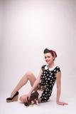 Όμορφο κορίτσι brunette στο αναδρομικό ύφος Στοκ εικόνα με δικαίωμα ελεύθερης χρήσης