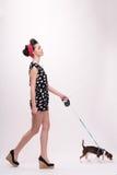 Όμορφο κορίτσι brunette στο αναδρομικό ύφος Στοκ Φωτογραφία