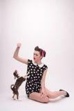 Όμορφο κορίτσι brunette στο αναδρομικό ύφος Στοκ φωτογραφία με δικαίωμα ελεύθερης χρήσης
