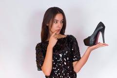 Όμορφο κορίτσι brunette στο Μαύρο που τα μαύρα ψηλοτάκουνα παπούτσια Στοκ φωτογραφίες με δικαίωμα ελεύθερης χρήσης