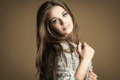 Όμορφο κορίτσι brunette Υγιής μακρυμάλλης Στοκ Φωτογραφίες