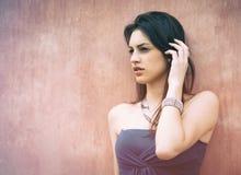 Όμορφο κορίτσι brunette υπαίθρια με το κομψό φόρεμα Στοκ εικόνες με δικαίωμα ελεύθερης χρήσης