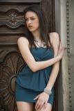 Όμορφο κορίτσι brunette υπαίθρια με το κομψό φόρεμα Στοκ φωτογραφία με δικαίωμα ελεύθερης χρήσης