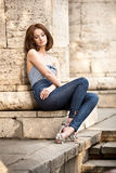 όμορφο κορίτσι brunette υπαίθρια Στοκ Εικόνες