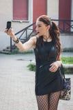 Όμορφο κορίτσι goth που παίρνει ένα selfie με το τηλέφωνό της Στοκ φωτογραφίες με δικαίωμα ελεύθερης χρήσης