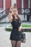 Όμορφο κορίτσι goth που παίρνει ένα selfie με το τηλέφωνό της Στοκ Φωτογραφίες