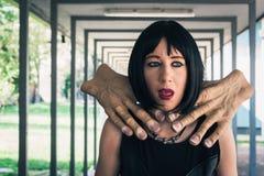 Όμορφο κορίτσι goth που πνίγεται από δύο χέρια Στοκ φωτογραφίες με δικαίωμα ελεύθερης χρήσης