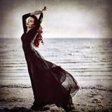 Όμορφο κορίτσι goth που στέκεται στην επίδραση σύστασης Grunge παραλιών Στοκ εικόνες με δικαίωμα ελεύθερης χρήσης