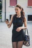 Όμορφο κορίτσι goth που χρησιμοποιεί το τηλέφωνο σε ένα πάρκο πόλεων Στοκ φωτογραφία με δικαίωμα ελεύθερης χρήσης