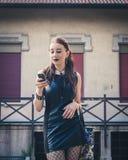 Όμορφο κορίτσι goth που χρησιμοποιεί το τηλέφωνο σε ένα πάρκο πόλεων Στοκ εικόνες με δικαίωμα ελεύθερης χρήσης