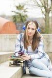 Όμορφο κορίτσι hipster με το τηλέφωνο και skateboard στην οδό Στοκ φωτογραφίες με δικαίωμα ελεύθερης χρήσης