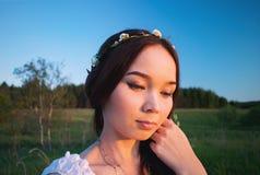 Όμορφο κορίτσι Mori με ένα στεφάνι στο κεφάλι του στοκ φωτογραφία