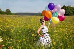 Όμορφο κορίτσι pinup με το μπαλόνι σε ένα λιβάδι Στοκ φωτογραφία με δικαίωμα ελεύθερης χρήσης