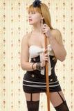 Όμορφο κορίτσι pinup στις μαύρες γυναικείες κάλτσες με μια σκούπα Στοκ Φωτογραφίες