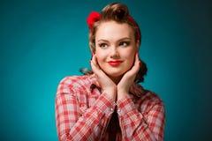Όμορφο κορίτσι pinup στο αναδρομικό εκλεκτής ποιότητας ύφος 50 ` s Στοκ Εικόνα