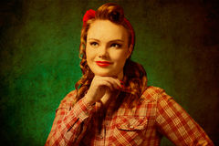 Όμορφο κορίτσι pinup στο αναδρομικό εκλεκτής ποιότητας ύφος 50 ` s Στοκ φωτογραφία με δικαίωμα ελεύθερης χρήσης