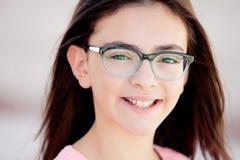 Όμορφο κορίτσι preteenager με τα γυαλιά έξω Στοκ εικόνα με δικαίωμα ελεύθερης χρήσης