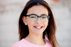 Όμορφο κορίτσι preteenager με τα γυαλιά έξω Στοκ Εικόνα