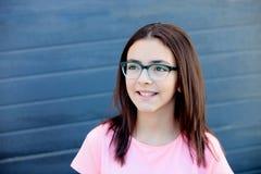 Όμορφο κορίτσι preteenager με τα γυαλιά έξω Στοκ Εικόνες