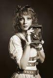 Όμορφο κορίτσι steampunk με την παλαιά κάμερα Ντεμοντέ Στοκ Εικόνες