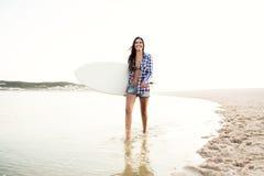 όμορφο κορίτσι surfer Στοκ φωτογραφίες με δικαίωμα ελεύθερης χρήσης